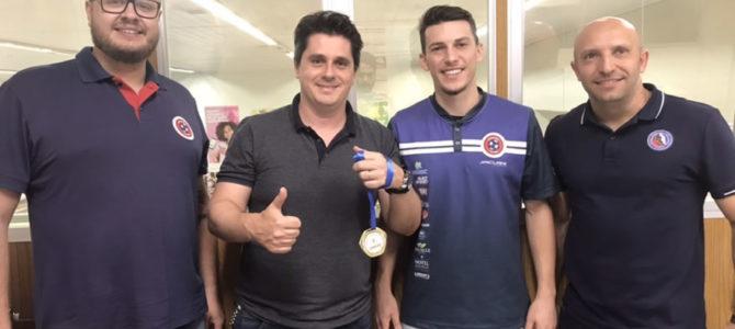Joaçaba Futsal entrega medalha de Campeão ao Caitá Supermercados